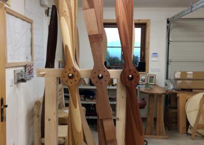 Vrtule Sopwith Camel 250cm z několika druhů dřevin, 250cm před tvarováním a 256cm z mahagonu. Povrch teakový olej.